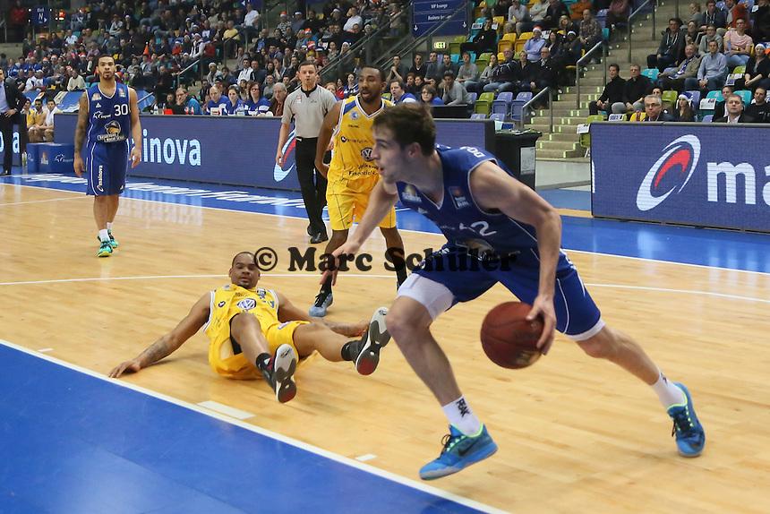 Aaron Doornekamp (Skyliners) zieht an Immanuel McElroy (Braunschweig) vorbei- Fraport Skyliners vs. Loewen Braunschweig, Fraport Arena Frankfurt