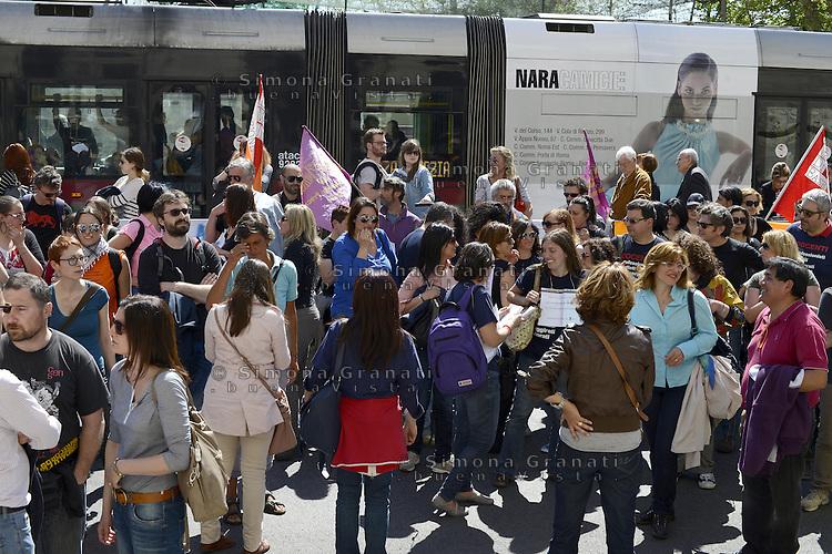 Roma, 11 Aprile 2014<br /> Presidio di protesta davanti al Ministero dell' Istruzione, universit&agrave; e ricerca di insegnati, e personale non docente.<br /> Contro la precariet&agrave; e per chiedere il reintegro di 8 miliardi di euro nei finanziamenti alla scuola pubblica.<br /> Blocco del traffico in viale Trastevere