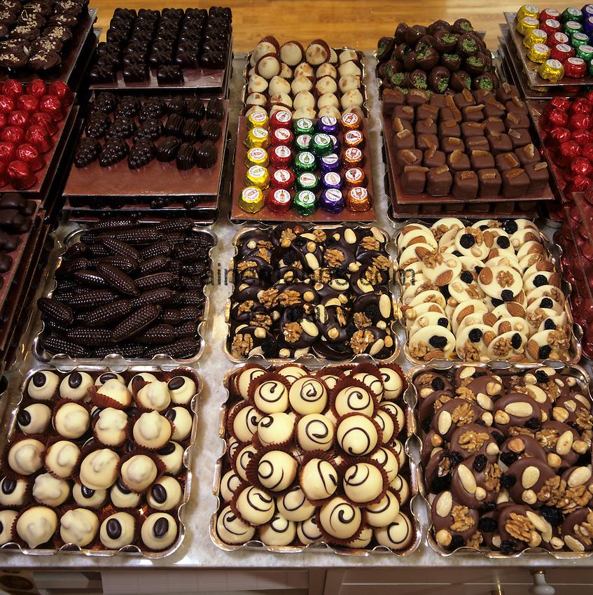 Belgium, Province Brabant, Brussels: Trays of assorted Belgian chocolates   Belgien, Provinz Brabant, Bruessel: belgische Schokoladen, Trueffel, Pralinen
