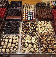 Belgium, Province Brabant, Brussels: Trays of assorted Belgian chocolates | Belgien, Provinz Brabant, Bruessel: belgische Schokoladen, Trueffel, Pralinen