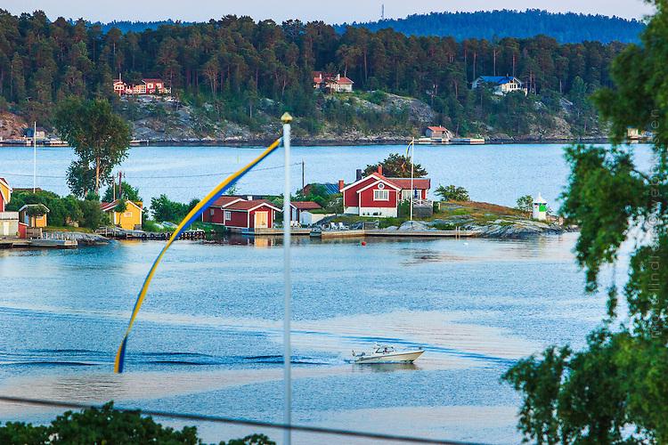 Vimpel på flaggstång framför hus på Jutholmen vid Dalarö i Stockholms skärgård.