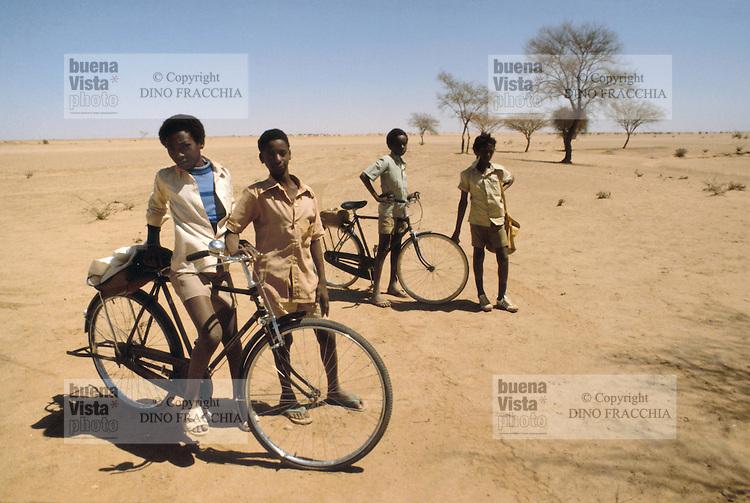 - Northern Sudan, young students return from school in bicycle in a village north of Khartoum ....- Sudan settentrionale, giovani studenti tornano da scuola in bicicletta in un villaggio a nord di Khartoum