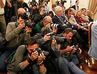 Silvio Berlusconi  a Napoli  Durante il  il suo tour a sostegno dei candidati presidenti alle prossime elezioni regionali<br /> nella foto i fotografi durante la conferenza stampa