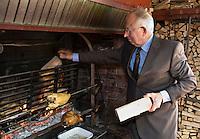 """Europe/France/Rhône-Alpes/74/Haute Savoie/ Evian: Hôet-Restaurant """" """"La Verniaz"""" , Jean Verdier   devant la rotisserie ou cuisent les volailles de Bresse"""