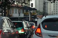 SÃO PAULO, SP, 13.02.2014 –  CHUVA EM SÃO PAULO -  Semáforos apagados em diversas ruas do bairro da Vila Mariana após forte chuva que caiu na zona sul de Sõa Paulo na tarde desta quinta feira (13). FOTO LEVI BIANCO - BRAZIL PHOTO PRESS