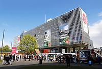 Nederland Eindhoven 2016 04 23. De campus van de Technische Universiteit Eindhoven transformeert op vrijdag 22 tot en met zondag 24 april tot een festivalterrein in het kader van het 60-jarig bestaan van de universiteit. Technologie, innovatie, muziek, kunst, debat, wetenschap en een veelzijdige food line-up zullen de campus tot een levendig terrein omtoveren. Foodtrucks voor het Hoofdgebouw.  Foto Berlinda van Dam / Hollandse Hoogte