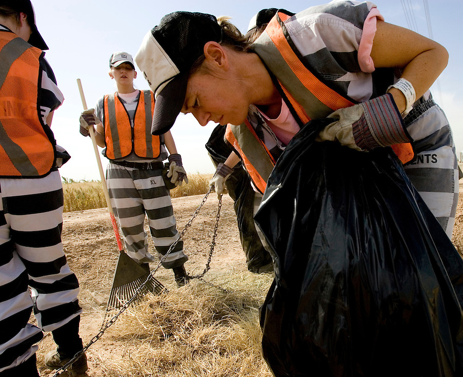 5/16/07- 144418- Members of the female chain gang pull weeds and clean up garbage along 91 Avenue in Glendale. (Pat Shannahan/ The Arizona Republic)