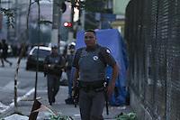 """SÃO PAULO,SP, 29.04.2015 - CRACOLÂNDIA-SP - Dois homens ficaram feridos após confrontos na região da Cracolândia nesta quarta-feira, 29. Os conflitos tiveram início por volta das 14 horas, depois de uma operação da Prefeitura de São Paulo para retirar a chamada """"favelinha"""" da Cracolândia, no centro de São Paulo. (Foto: Amauri Nehn/Brazil Photo Press)."""