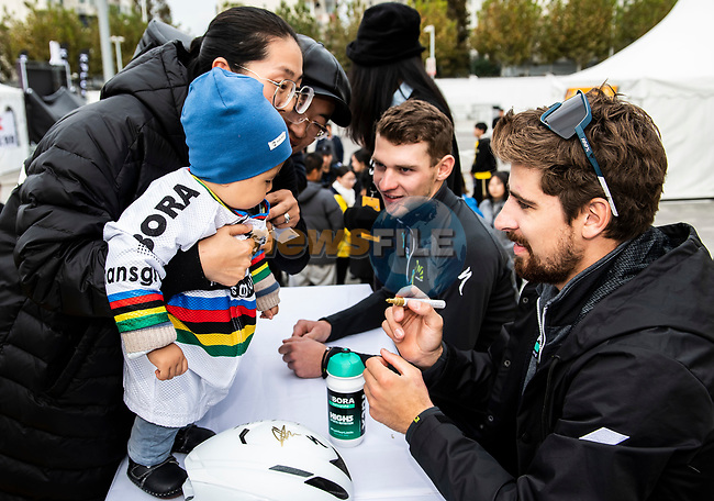 Peter Sagan (SVK) Bora-Hansgrohe signs autographs for fans at the team presentation before the start of the 2018 Shanghai Criterium, Shanghai, China. 17th November 2018.<br /> Picture: ASO/Alex Broadway | Cyclefile<br /> <br /> <br /> All photos usage must carry mandatory copyright credit (© Cyclefile | ASO/Alex Broadway)
