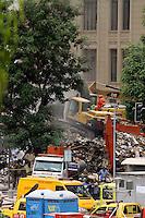 RIO DE JANEIRO, RJ, 25 DE JANEIRO DE 2012 - DESABAMENTO PREDIO RIO DE JANEIRO - Vista na manhã de hoje (26) do local onde ocorreu o desabamento de três prédios na região da Avenida Treze de Maio, no centro do Rio de Janeiro, na noite de ontem, 25. Um dos prédios que ruiu tem cerca de 20 andares, o outro, 10, e o terceiro, 4. Segundo o Corpo de Bombeiros, antes do desabamento teria havido uma explosão, mas isso não foi confirmado. Há pelo menos cinco feridos, dos quais quatro foram encaminhados ao Hospital Souza Aguiar. As equipes de busca retiraram ao menos dois corpos dos escombros. Os trabalhos continuam em dois pontos principais, indicados pelos quatro cães farejadores que ajudam nas buscas. (FOTO: GUTO MAIA - NEWS FREE).