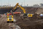 AMSTERDAM ZUIDOOST - Langs de snelweg A9, wordt langs de Gaasperdammerweg de grond afgegraven voor de aanleg van de 3 km lange Gaasperdammertunnel. In opdracht van Rijkswaterstaat bouwt consortium IXAS zuid-oost de breedste langtunnel van Nederland waarna een groot park bovenop het dak wordt aangelegd. De nieuwe vijfbaanstunnel is onderdeel van het megaproject Schiphol - Amsterdam - Almere (SAA) en moet rond 2020 klaar zijn. COPYRIGHT TON BORSBOOM
