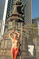 RIO DE JANEIRO, RJ, 26.02.2014  - PROTESTO GRUPO FEMEM BRASIL - A ativista Sara Winter realizou no largo da Carioca centro do Rio de Janeiro um protesto contra o machismo e no cartaz do ato cita o ator Bruno Gissoni citou que é machista em seus relacionamentos, a ativista ficou nua e com tinta vermelha no corpo sugerindo um estrupo nessa quarta 26. (Foto: Levy Ribeiro / Brazil Photo Press)