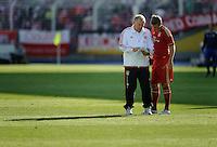 Fussball Bundesliga Saison 2011/2012 Vorbereitung FC Carl Zeiss Jena - FC Bayern Muenchen Trainer Hermann GERLAND (l) erklaert Toni KROOS (FC Bayern) die Taktik.