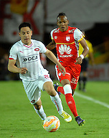 BOGOTA- COLOMBIA – 29-10-2015: Luis Quiñonez  (Der.) jugador del Independiente Santa Fe de Colombia, disputa el balon con Gustavo Toledo (Izq.) jugador de Independiente de Avellaneda de Argentina, durante partido de vuelta entre Independiente Santa Fe de Colombia y el Independiente de Avellaneda de Argentina, por los cuartos de final de la Copa Suramericana en el estadio Nemesio Camacho El Campin, de la ciudad de Bogota.  / Luis Quiñonez  (R) player of Independiente Santa Fe of Colombia, figths for the ball with Gustavo Toledo (L) player of Independiente de Avellaneda of Argentina, during a match for the second round between Independiente Santa Fe of Colombia and Independiente de Avellaneda of Argentina for the second round for the quarterfinals of the Copa Sudamericana in the Nemesio Camacho El Campin in Bogota city. Photos: VizzorImage / Luis Ramirez / Staff.
