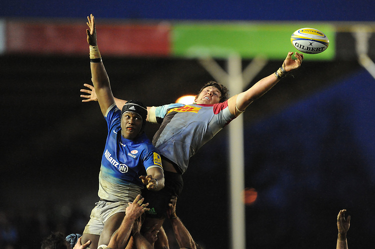 Charlie Matthews of Harlequins at full stretch in the lineout against Maro Itoje of Saracens during the Premiership Rugby match between Harlequins and Saracens - 09/01/2016 - Twickenham Stoop, London<br /> Mandatory Credit: Rob Munro/Stewart Communications