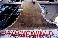 Milano 16 agosto 1989.Centro Sociale Leoncavallo dopo lo sgombero e la distruzione operata dalle forze di polizia..Foto Livio Senigalliesi.