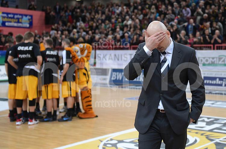 Basketball  1. Bundesliga  2012/2013    Walter Tigers Tuebingen  - Alba Berlin    19.12.2012 ALBA Trainer Sasa Obradovic nachdenklich  nach dem knappen Sieg