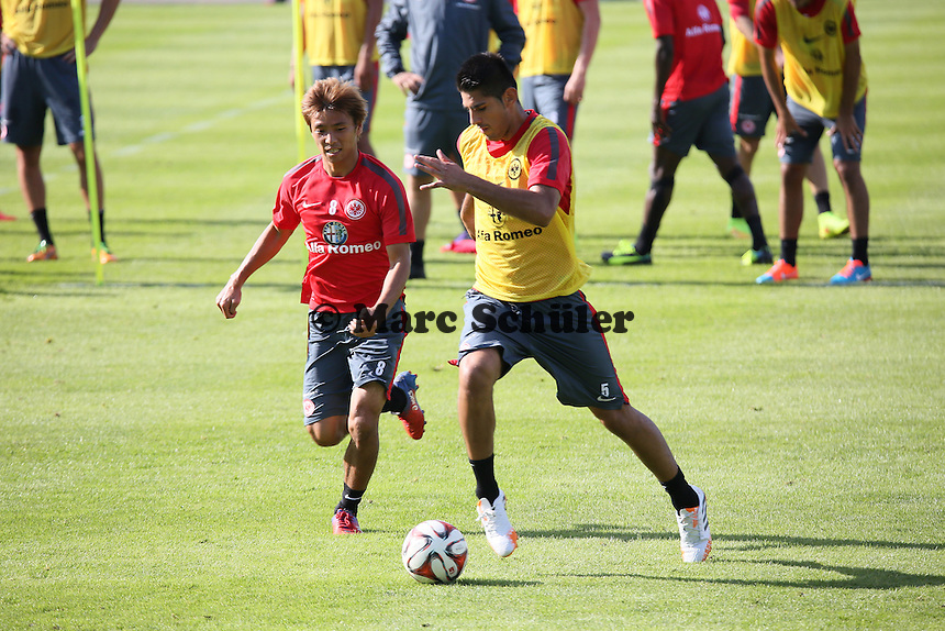 Takashi Inui gegen Carlos Zambrano (Eintracht) - Eintracht Frankfurt Training, Commerzbank Arena
