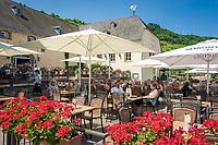 Deutschland, Rheinland-Pfalz, Moseltal, bei Bernkastel-Kues: Kloster Machern, Gastgarten | Germany, Rhineland-Palatinate, Moselle Valley, near Bernkastel-Kues: Monastery Machern, garden restaurant
