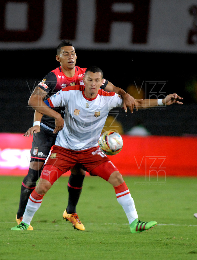 BOGOTA - COLOMBIA - 30-04-2016: William Tesillo (Izq.) jugador de Independiente Santa Fe disputa el balón con Luis Paez (Der.) jugador de Rionegro Aguilas, durante partido por la fecha 16 entre Independiente Santa Fe y Rionegro Aguilas, de la Liga Aguila I-2016, en el estadio Nemesio Camacho El Campin de la ciudad de Bogota.  / William Tesillo (R) player of Independiente Santa Fe struggles for the ball with con Luis Paez (R) player of Rionegro Aguilas, during a match of the date 16 between Independiente Santa Fe and Rionegro Aguilas, for the Liga Aguila I -2016 at the Nemesio Camacho El Campin Stadium in Bogota city, Photo: VizzorImage / Luis Ramirez / Staff.