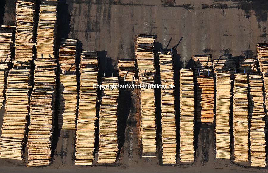 Ilim Nordic Timber Wismar: EUROPA, DEUTSCHLAND, MECKLENBURG- VORPOMMERN, WISMAR 25.02.2012 Ilim Nordic Timber Wismar,  Industrie in den Neuen Bundeslaendern, Gewerbe, Fabrik, Werk, Modern, Effektiv, Holz, Holzplatten, Plattenwerk, Schnittholz fuer die Hausbau-, Verpackungs- und Holzwerkstoffindustrie, Restholz , Saege- und Hobelspaene, Hackschnitzel, Rinde fuer die Holzwerkstoff- und Zellstoffindustrie,  2 Saegelinien, 2 Hobellinien, 1 Heizwerk, 2 Rundholzsortieranlagen, 47 Trockenkammern.Luftaufnahme, Luftbild,  Luftansicht.
