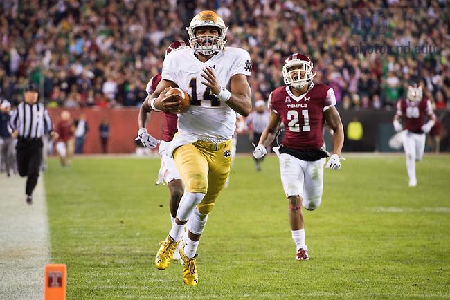 Oct. 31, 2015; Quarterback DeShone Kizer (14) runs for a touchdown in the second quarter against Temple. Notre Dame won 24-20. (Photo by Matt Cashore)