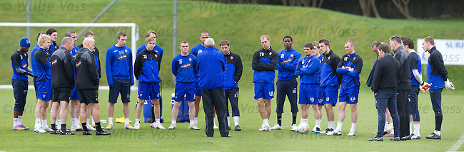 Walter Smith gathers all his players around for a team chat on the eve of the trip to Tannadice