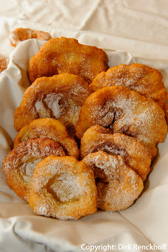 Backen von Funkenk&uuml;chle in Ofterschwang-H&uuml;ttenberg im Allg&auml;u, Bayern, Deutschland<br />  baking of Funkenk&uuml;chle, a kind of doughnut, in Ofterschwang-H&uuml;ttenberg, Allg&auml;u, Bavaria, Germany