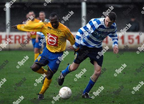 KVV Lichtaart - KFCO Wilrijk: duel tussen Sonny Nwenchekwu van Wilrijk (links) en Stief Goetschalckx van Lichtaart