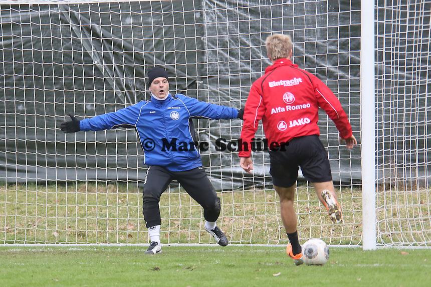 Torwarttrainer Moppes Petz (Eintracht) als dritter Torwart im Training gegen Stefan Aigner