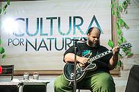 """SAO PAULO, SP, 06 DE ABRIL DE 2013. SHOW ED MOTTA. O cantor Ed Motta se apresenta no shopping Granja Vianna no projeto """"Cultura por Natureza"""" na tarde deste sábado. FOTO ADRIANA SPACA/BRAZIL PHOTO PRESS"""