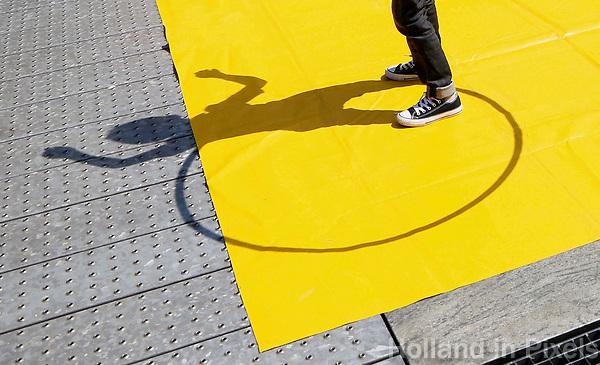 Nederland Rotterdam 2017.  Let op : klein formaat.   Rotterdam Circusstad. Kinderen zijn aan het hoepelen.   Foto Berlinda van Dam / Hollandse Hoogte