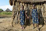THIOPIA, Gambela, region Itang, Nuer village Pilual, twin sisters / AETHIOPIEN, Gambela, Region Itang, Dorf Pilual der Ethnie NUER, Hof von Herr Mun Kunen und Frau Neelam , sie sind vor dem Buergerkrieg aus dem Suedudan gefluechtet, Bhan ´s Schwestern sind Zwillinge