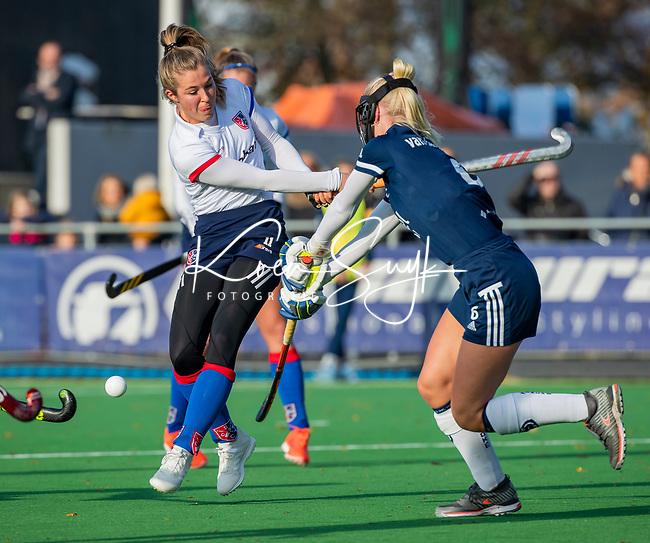 AMSTELVEEN -  Xan de Waard (SCHC) met Daphne van der Vaart (Pinoke) tijdens de competitie hoofdklasse hockeywedstrijd dames, Pinoke-SCHC (1-8) . COPYRIGHT KOEN SUYK