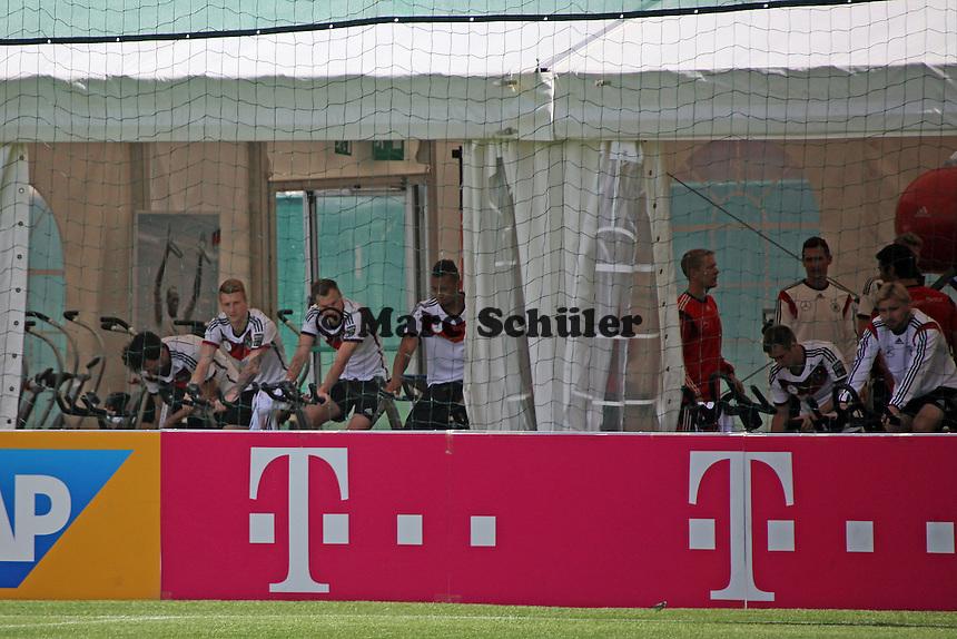 Spieler beim Fitnesstraining im Zelt - Abschlusstraining der Deutschen Nationalmannschaft gegen die U20 im Rahmen der WM-Vorbereitung in St. Martin