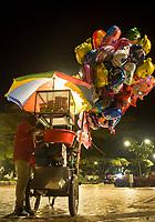 GUACARI - COLOMBIA: 19-04-2018. Un vendedor de algodón de azucar y globos es visto durante el viernes santo en la población de Guacarí, Valle del Cauca, Colombia, de la semana santa para los cristianos. / A street vendor of globes and sugar cotton is seen during the holy Friday in  the town of Guacari, Valle del Cauca, Colombia as part of Easter Week to the Christians.  Photo: VizzorImage / Gabriel Aponte / Staff