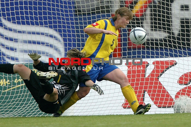 EM Qualifikation 2005 - Frauen Nationalmannschaft<br /> <br /> Deutschland vs. Ukraine<br /> <br /> Torfrau Iryna Zvarych (links) und Nataliya Zhdanova (rechts) von der Ukraine koennen das Toir zum 3:0 fuer Deutschland nicht verhindern.<br /> <br /> Foto &copy; nordphoto - Ruediger Lampe<br /> <br /> <br /> <br /> <br /> <br /> <br /> <br />  *** Local Caption *** Foto ist honorarpflichtig! zzgl. gesetzl. MwSt.<br /> <br />  Belegexemplar erforderlich<br /> <br /> Adresse: nordphoto<br /> <br /> Georg-Reinke-Strasse 1<br /> <br /> 49377 Vechta