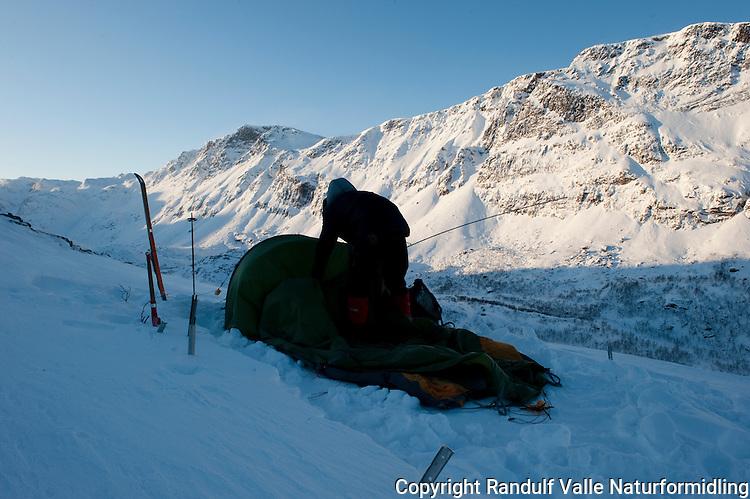 Teltleir i Storvatndalen på Seiland. ---- Tent in winter landscape.