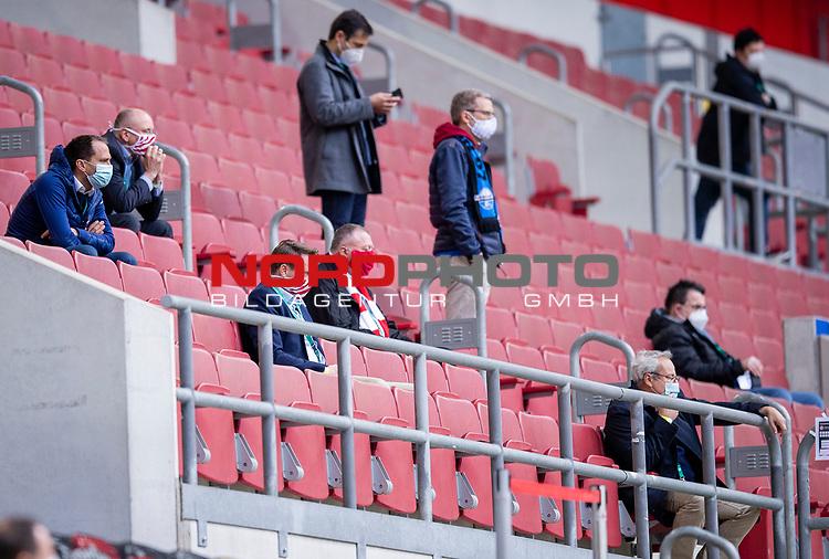 nph00351: Fussball, 1. Bundesliga, Saison 19/20, 26. Spieltag, Fortuna Düsseldorf - FC Paderborn 07, 16.05.2020: Wenige Leute auf der Zuschauertribüne.<br /> <br /> Foto: Moritz Müller/Pool / Verbreitung via Meuter/nordphoto<br /> <br /> Nur für journalistische Zwecke! Only for editorial use!<br /> <br /> Gemäß den Vorgaben der DFL Deutsche Fußball Liga ist es untersagt, in dem Stadion und/oder vom Spiel angefertigte Fotoaufnahmen in Form von Sequenzbildern und/oder videoähnlichen Fotostrecken zu verwerten bzw. verwerten zu lassen. DFL regulations prohibit any use of photographs as image sequences and/or quasi-video.