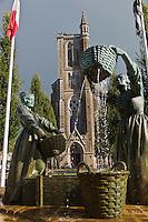 Europe/France/Bretagne/35/Ille et Vilaine/Cancale: Sur la place de l'église se dresse une fontaine avec une sculpture, bronze de l'artiste Jean Fréour, composée de deux laveuses d'huîtres symbolisant le travail des Cancalaises au début du XXe siècle avant la mécanisation //  France, Ille et Vilaine, Cote d'Emeraude (Emerald Coast), Cancale, statue of the Oyster Washers (2000) by Jean Freour in front of the church