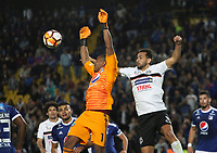 BOGOTÁ - COLOMBIA, 15-08-2018:Wuilker Farinez (Der.)  jugador de Millonarios de Colombia disputa el balón con Julio Santa Cruz (Izq.) jugador del General Díaz del Paraguay durante partido por la segunda fase de la Copa Conmebol Sudamericana 2018 , jugado en el estadio Nemesio Camacho El Campín de la ciudad de Bogotá. / Wuilker Farinez (Der.) Player of Millonarios  of Colombia disputes the ball with Julio Santa Cruz (Left) player of General Diaz of Paraguay during game for the second phase of the Copa Conmebol Sudamericana 2018, played in the stadium Nemesio Camacho El Campín of the city of Bogotá. Photo: VizzorImage / Felipe Caicedo / Staff.