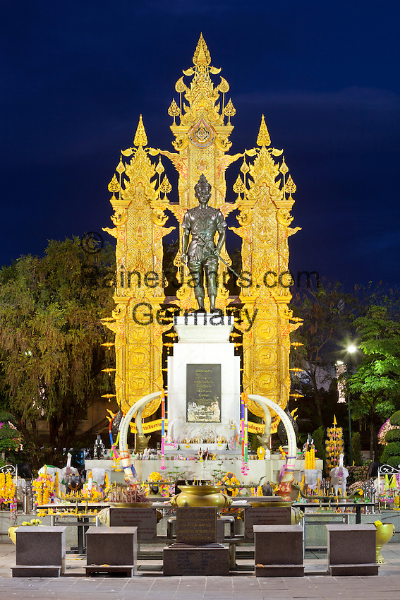 Thailand, Northern Thailand, Chiang Rai: King Mengrai Monument at night | Thailand, Nordthailand, Chiang Rai: King Mengrai Monument am Abend