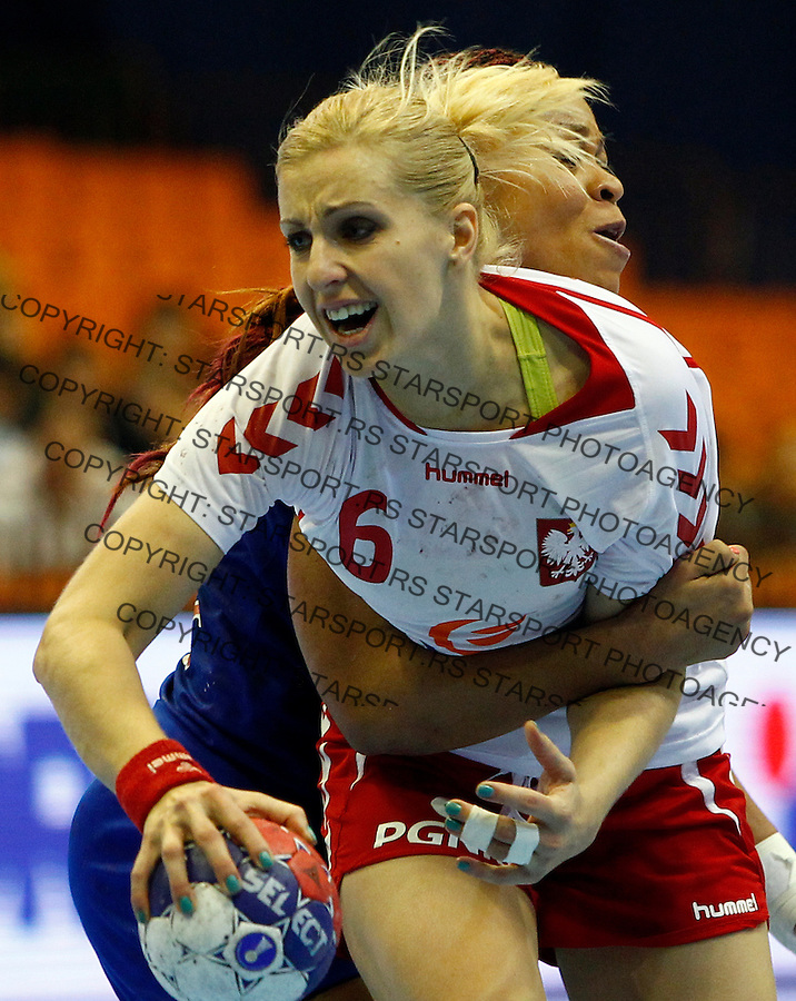 Poland's Karolina Siodmiak (C) in action during handball Women's World Championship quarter final match between Poland and France in Novi Sad, Serbia on Wednesday, December 18, 2013. (credit image & photo: Pedja Milosavljevic / STARSPORT / +318 64 1260 959 / thepedja@gmail.com)