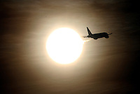 BOGOTA -COLOMBIA- 1 -10--2013. Sol y avion . /  Sun and plane  .Photo: VizzorImage / Felipe Caicedo / Staff