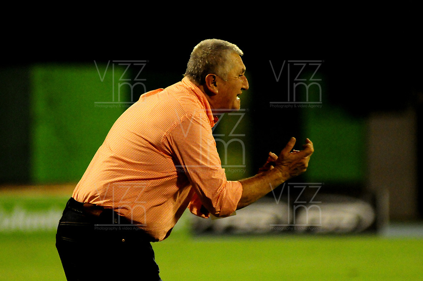 BARRANCABERMEJA- COLOMBIA, 29-09-2018: Eduardo Lara, técnico de Envigado F. C., durante partido entre Alianza Petrolera y Envigado F. C. de la fecha 12 por la Liga Aguila II 2018 en el estadio Daniel Villa Zapata en la ciudad de Barrancabermeja. / Eduardo Lara, coach Atletico Bucaramanga during a match between Alianza Petrolera and Envigado F. C. of the 12th date for the Liga Aguila II 2018 at the Daniel Villa Zapata stadium in Barrancabermeja city. Photo: VizzorImage  / Jose D Martínez / Cont.