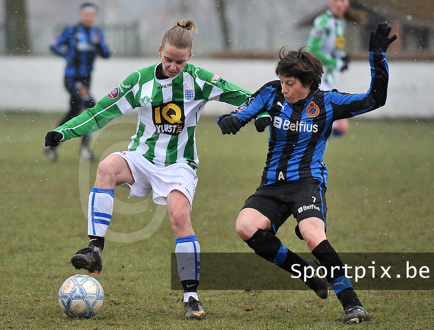 Club Brugge Dames - PEC Zwolle : Jennieke van der Pol in duel met Ingrid De Rycke (rechts).foto DAVID CATRY / Vrouwenteam.be