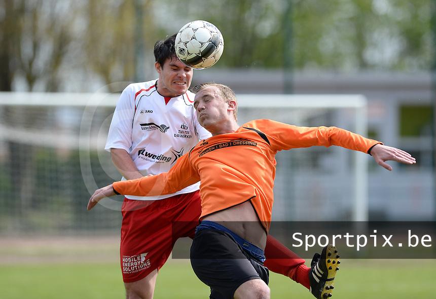 FC Meulebeke - VV Westkapelle : luchtduel tussen Peter Denys (links) en Gregory Van Damme (rechts)<br /> foto VDB / BART VANDENBROUCKE