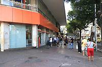 Rio de Janeiro (RJ), 12/05/2020 - Quarentena-Rio - Movimentação na Praça Sens Pena na zona norte do Rio de Janeiro. Decreto do prefeito Marcelo Crivella que começa nesta terça-feira (12), obriga o fechamento das portas das lojas, somente lojas de necessidades básicas ficarão abertas.