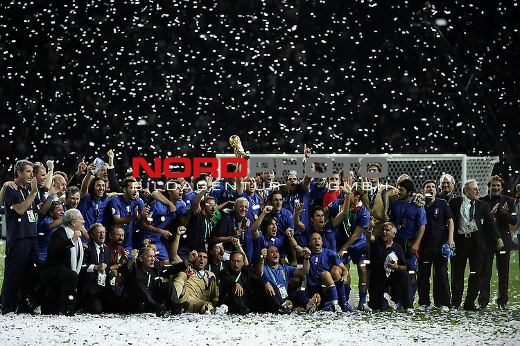 FIFA WM 2006 - Final / Finale<br /> Play #64 (09-Jul) - Italy vs France.<br /> Mannschaftsbild nach dem Sieg<br /> <br /> Italy is World Champion / Weltmeister 2006 mit dem Pokal / Trophy after the match of the World Cup in Berlin.<br /> <br /> <br /> Foto &copy; nordphoto