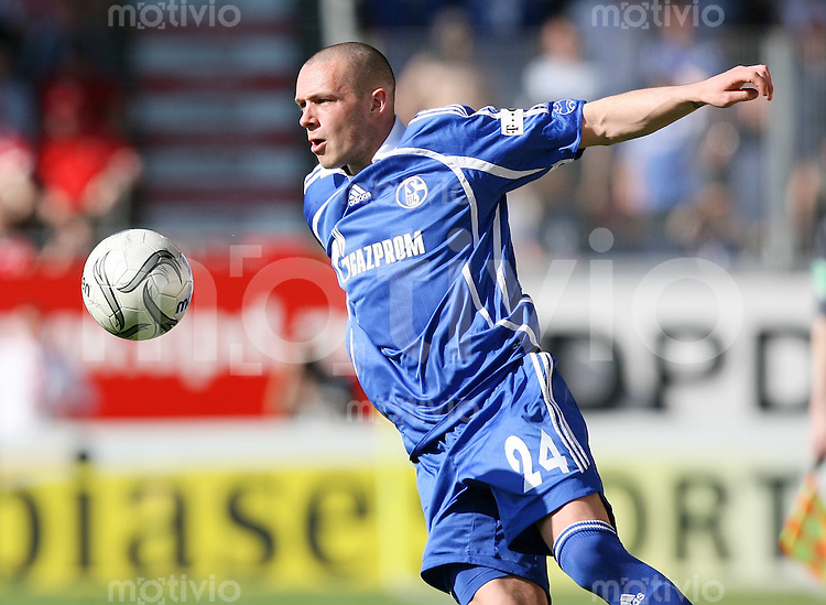 Fussball   1. Bundesliga   Saison 2006/2007 Christian PANDER (FC Schalke 04), Einzelaktion am Ball